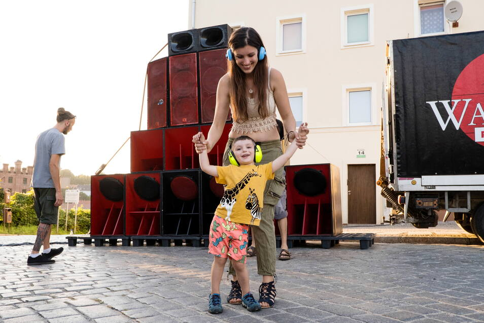 Party mit Ohrschutz: Eine Mutter tanzt mit ihrem Sohn am Sonnabend in Zgorzelec.
