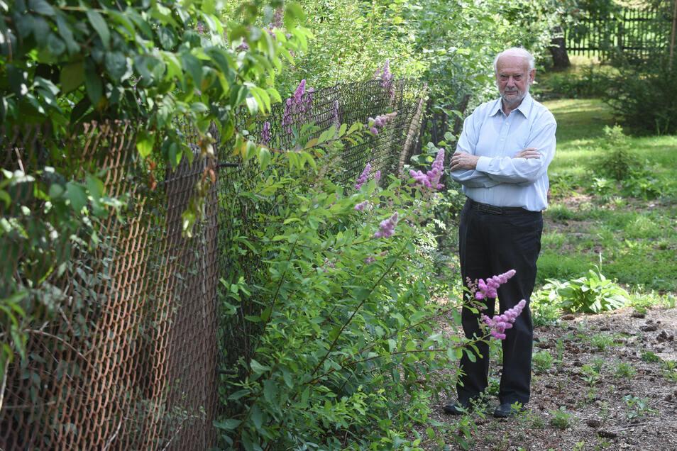 Klassischer Streitfall: Bernd Meyer aus Sachsen ärgert sich über seinen Nachbarn, weil dieser den Flieder schon seit Jahren über den Zaun wuchern lässt. Darf er ihn einfach abschneiden?