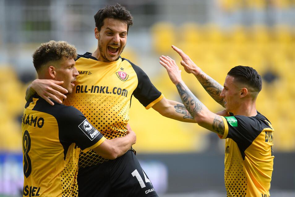 Philipp Hosiner freut sich mit seinen Mitspielern Heinz Mörschel und Panagiotis Vlachodimos. Am Samstag ist der Angreifer zum ersten Mal Vater geworden