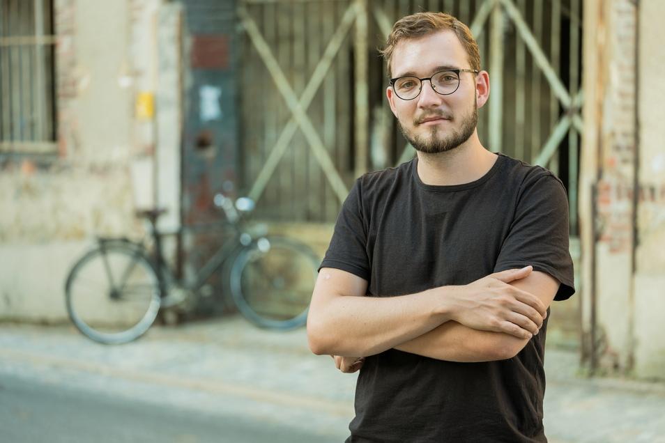Ein Moment nach dem ersten großen Bucherfolg: Lukas Rietzschel vor dem Görlitzer Kondensatorenwerk, in dessen Industriebrache bis 2026 das neue deutsch-polnische Forschungsinstitut Casus einziehen wird.