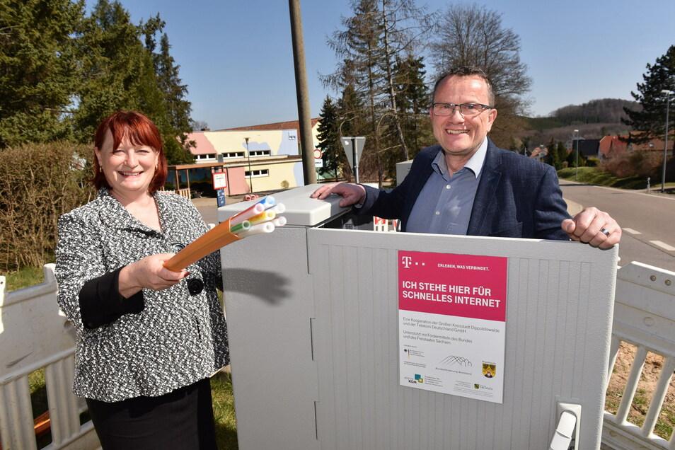 Oberbürgermeisterin Kerstin Körner (CDU) und Steffen Protze, der Ausbaukoordinator der Telekom, stehen hier in Reichstädt am Verteilerkasten für das schnelle Glasfasernetz.