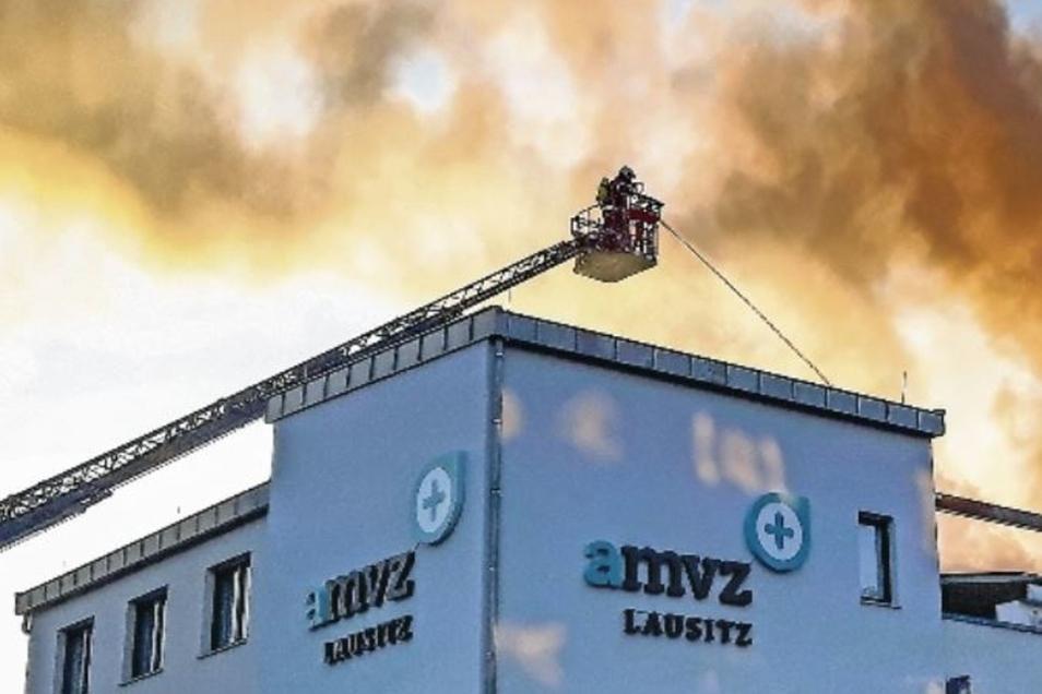 Eine dunkle Rauchsäule stand kurz nach 6.30 Uhr über dem Gebäude des Augen-Medizinischen Versorgungszentrums im Hoyerswerdaer WK I.