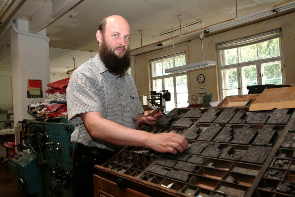 Johannes Goldammer führte die Druckerei in der Augustastraße von 1990 bis 2005. Auf diesem Foto aus dem Jahr 2004 sieht man ihn am historischen Setzkasten, der auch heute noch bei Augustadruck steht, aber nur bei besonderen Anlässen benutzt wird.