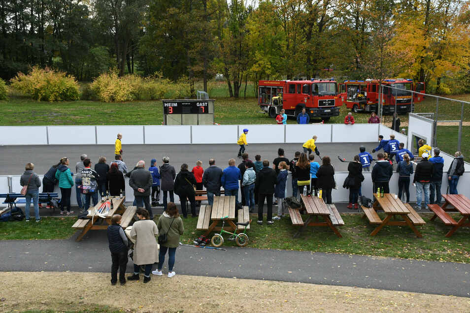 Die Feuerwehr spielt im gesellschaftlichen Leben, hier bei der Sportplatzeinweihung, eine große Rolle.