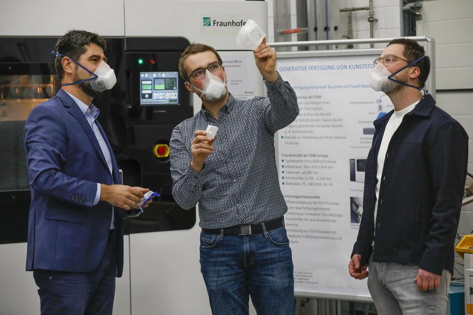 O-Mask - Die Atemschutzmaske aus der Oberlausitz. Sebastian Scholz (links) und Sepp Härtel (rechts) lassen sich das innovative Produkt erklären.