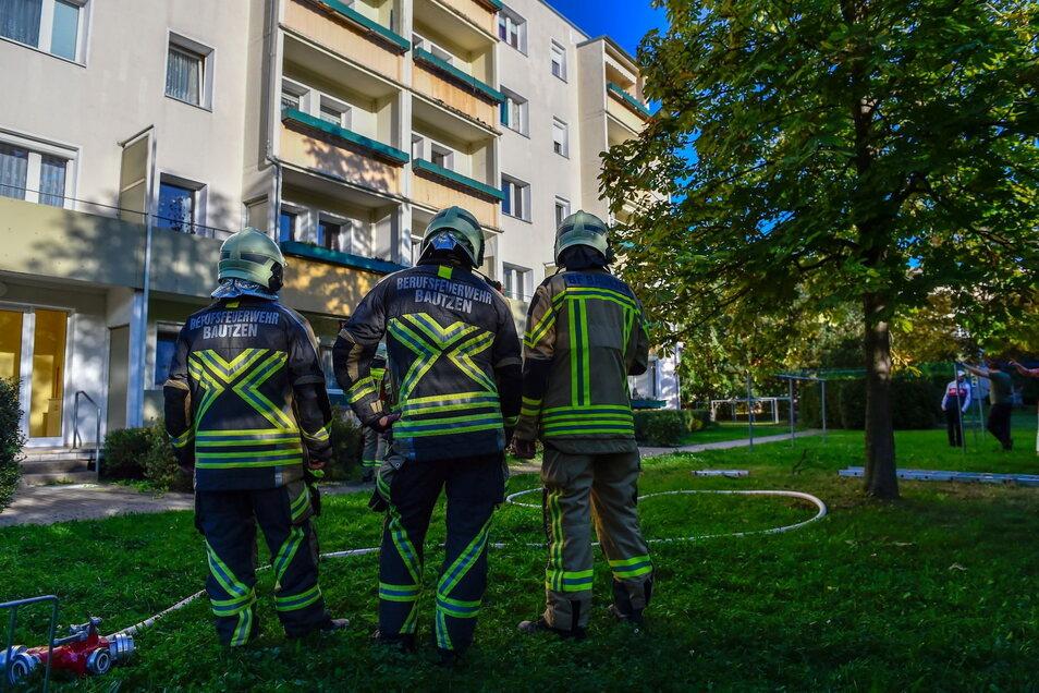 Die Kameraden der Feuerwehren aus Bautzen und Umgebung mussten am Freitagnachmittag eine Reihe von brennenden Blumenkästen löschen.