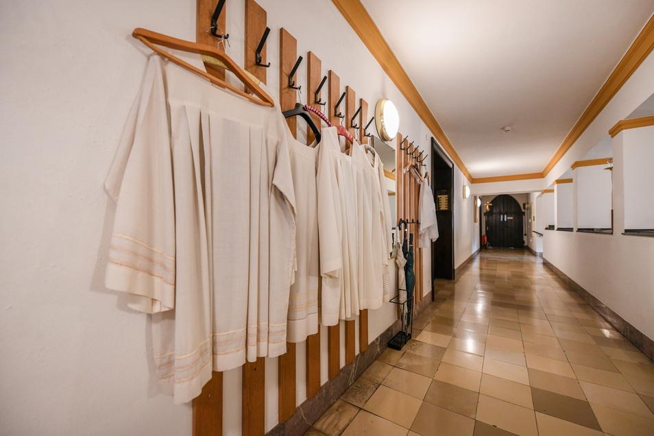 Weiße Leinengewänder hängen im Pallottiner-Missionshauses Limburg: Sie gehören zur liturgischen Ausstattung der Patres während einer Messe.
