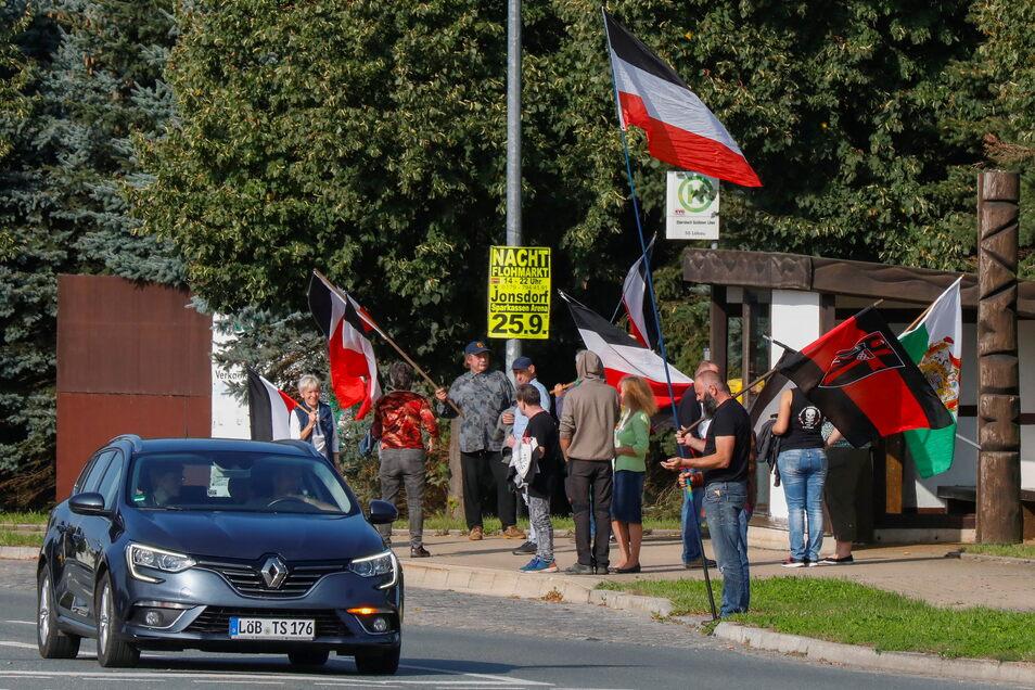 Am Sonntagvormittag haben wieder zahlreiche Menschen entlang der B96 gestanden, wie hier in Ebersbach.