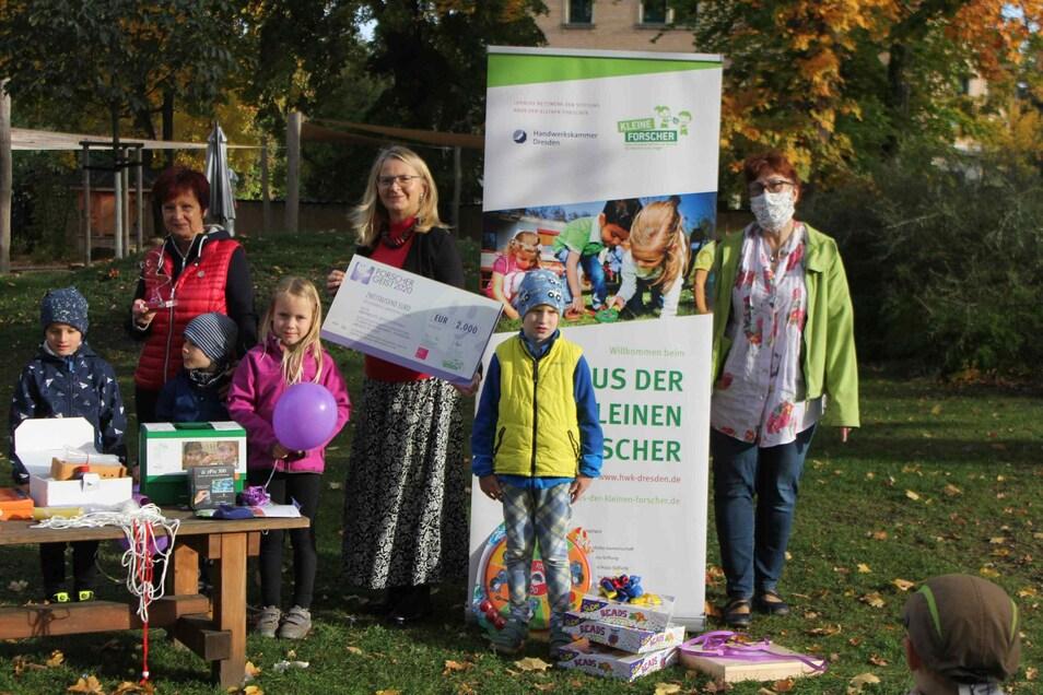 """Simone Kruschwitz (Mitte) leitet eine der besten deutschen Kitas für frühkindliche Bildung in den MINT-Fächern, die """"Spatzenvilla"""" in Dresden-Briesnitz. Dabei setzt sie auf die natürliche Neugier der Kinder."""