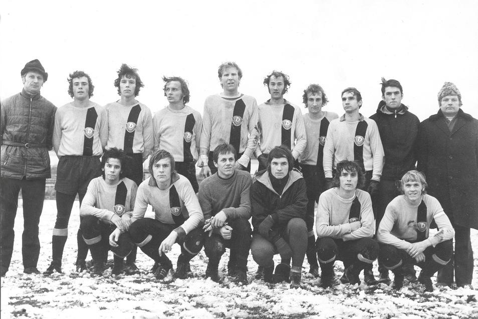 In der Saison 1972/73 spielte Horst Friedl (stehend 3. v. l.) unter Trainer Wolfgang Oeser (l.) bei Dynamo Dresden für die zweite Mannschaft in der DDR-Liga. Mit dabei waren auch Oberliga-Kicker wie Horst Rau (vorn, 2. v. l.), Matthias Müller (vorn, 2. v.