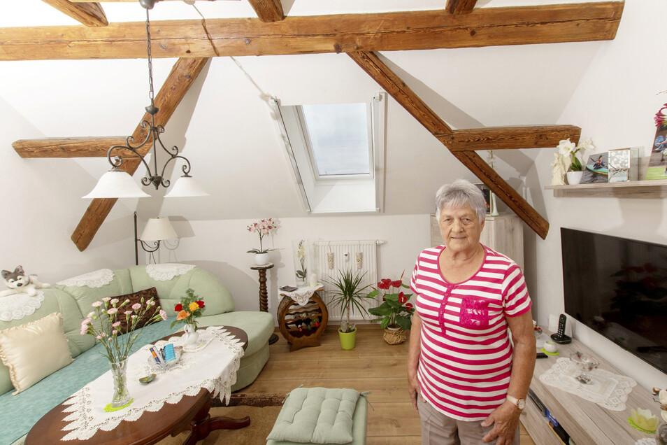Kleines Foto: Renate Herrmann zeigt ihr Zimmer. Sie wohnt seit Juni im Leutewitzer Hof.