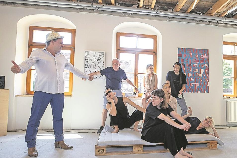 Kunst ganz international: Dirk Großer (v.l.), Wolfgang Dietrich, Yan Ayer, Lita Polinkova, Maxime Gordon, Alois Young, Chung Pohsun und Alinkasandra Yakubonskay.