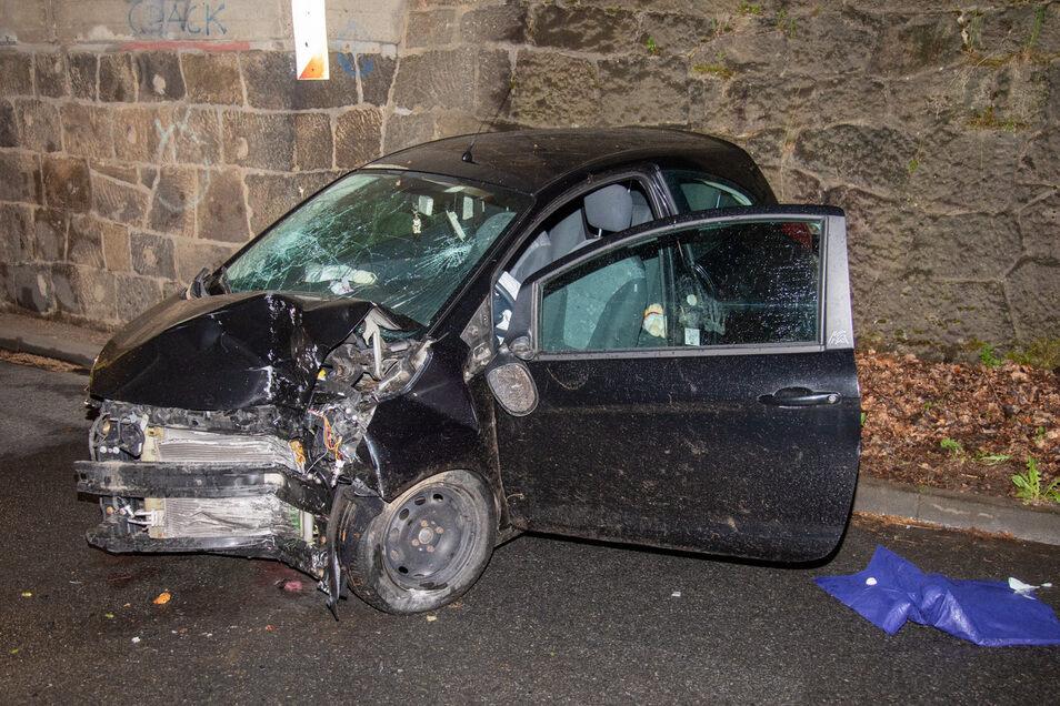 Die Fahrerin eines Ford Ka bekam in der Nacht zum Freitag am Freibad in Schmölln die Kurve nicht - und krachte an die Brückenwand.