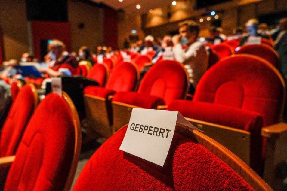 Größerer Saal, gesperrte Plätze - bei der Sitzung des Bautzener Kreistages am Montagabend wurden zahlreiche Vorkehrungen getroffen, um das Corona-Ansteckungsrisiko zu minimieren.