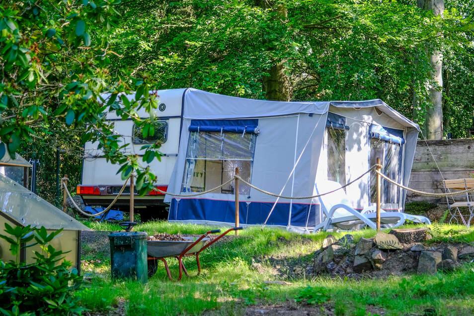 Dieser Wohnwagen kann für Übernachtungen gemietet werden.