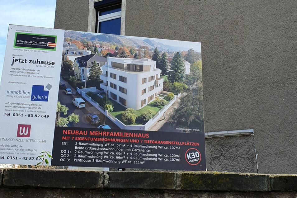 An der Winzerstraße kündet das Bauschild vom Neubau, das intakte Radebeul typische Haus wird abgerissen.