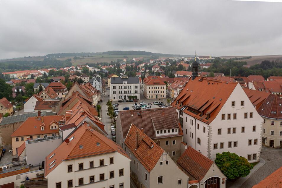 Ein außergewöhnlicher Blick auf die Dippser Innenstadt vom Turm der Stadtkirche.