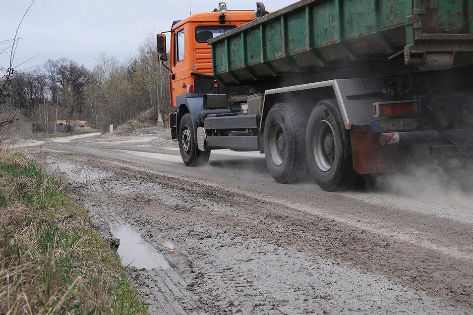Auf der Straße von Pließkowitz nach Kleinbautzen fahren viele Laster. Künftig gelten dafür Einschränkungen.