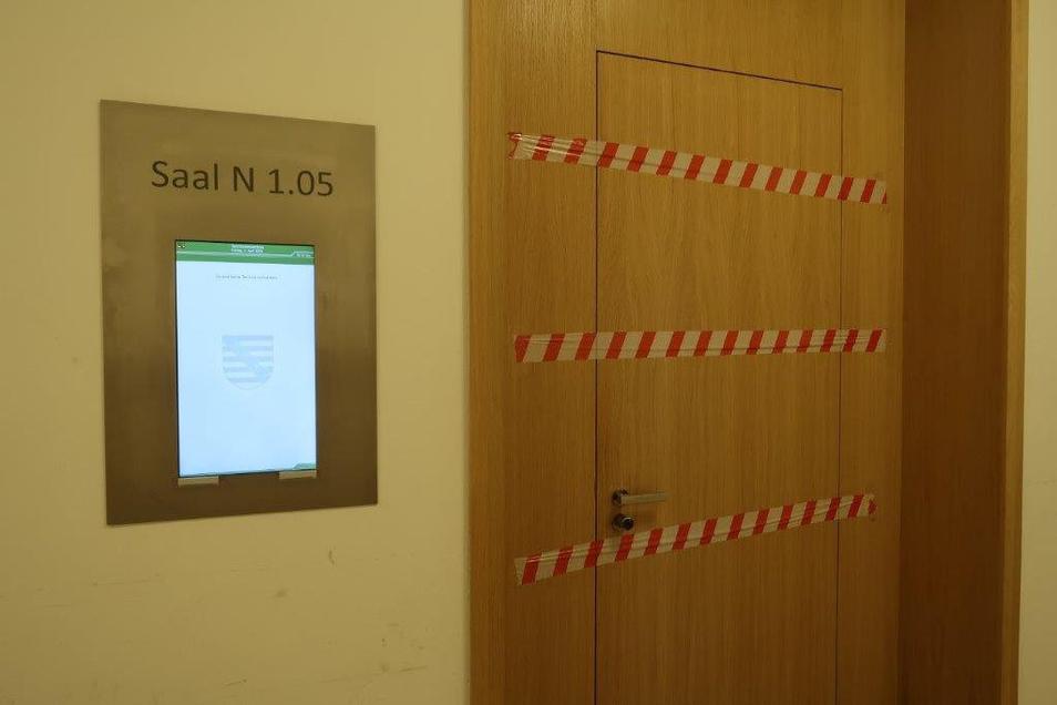 Nachdem in diesem Saal am Freitagmittag eine nicht öffentliche Haftprüfung erfolgte, wurde der Raum gesperrt. Der Saal muss desinfiziert werden. Foto: Alexander Schneider
