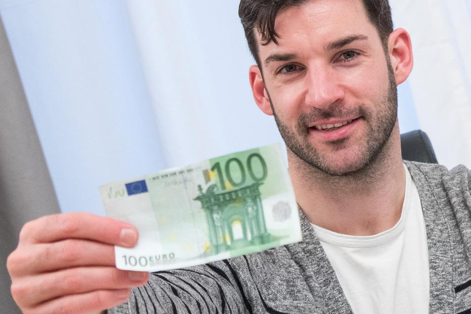Wer jahrelang regelmäßig 100 Euro spart, kann später beachtliche Summen zur Verfügung haben.