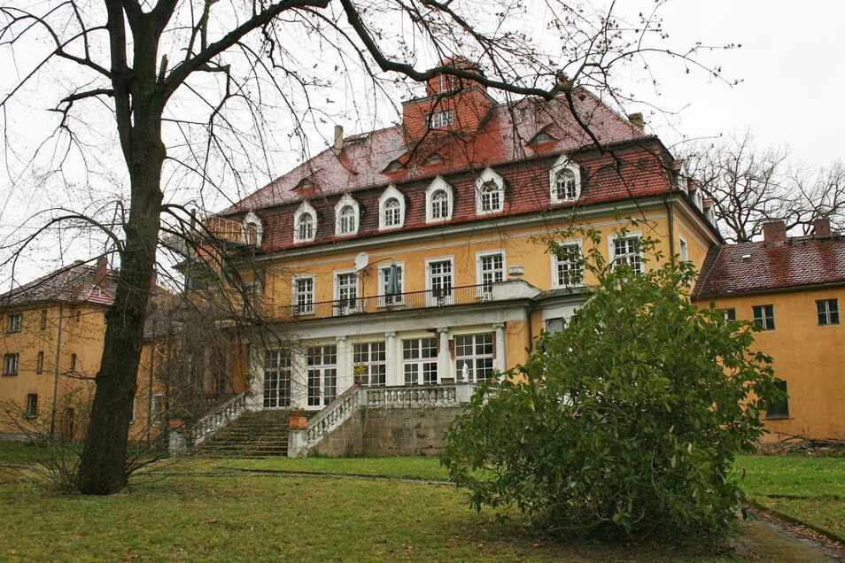 """In Goßwitz diente das 1914/1916 errichtete schlossähnliche Gutsgebäude als """"Haus Landfrieden"""" in der DDR als Heim für Schwerbehinderte, nach der Wende noch viele Jahre der Lebenshilfe e. V., bis die Bewohner nach Rauschwalde umzogen. Heute steht das vor a"""