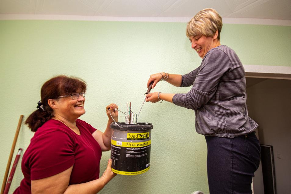 Annett Thiele schwingt die Malerrolle und bringt Farbe an die bisher weißen Wände. Elke Reuthner, eine von zwei Mitarbeiterinnen, hilft beim Renovieren.