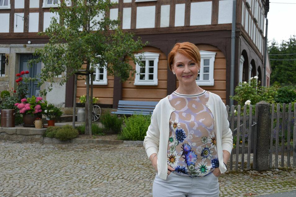 MDR-Moderatorin Beate Werner zeigt in der Sendung natürlich auch schöne Umgebindehäuser.