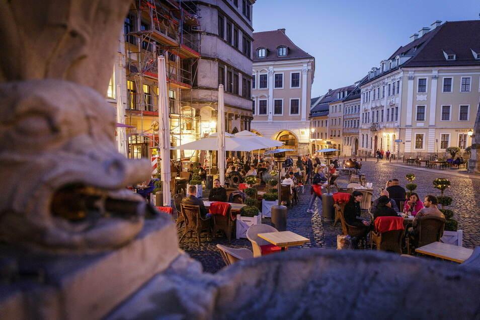 Man glaubt gar nicht mehr, was im Sommer 2020 alles in der Görlitzer Altstadt möglich war. Hier ein Blick auf die gut gefüllten Außensitze auf dem Untermarkt.