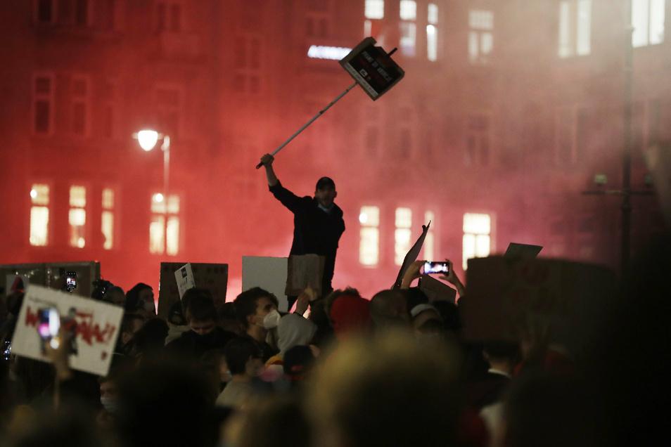 Polen, Warschau: Demonstranten protestieren gegen das verschärfte Abtreibungsrecht. Es war bereits der fünfte Protesttag nach der Entscheidung des polnischen Verfassungsgerichts, dass auch Schwangerschaftsabbrüche aufgrund schwerer Fehlbildungen des un