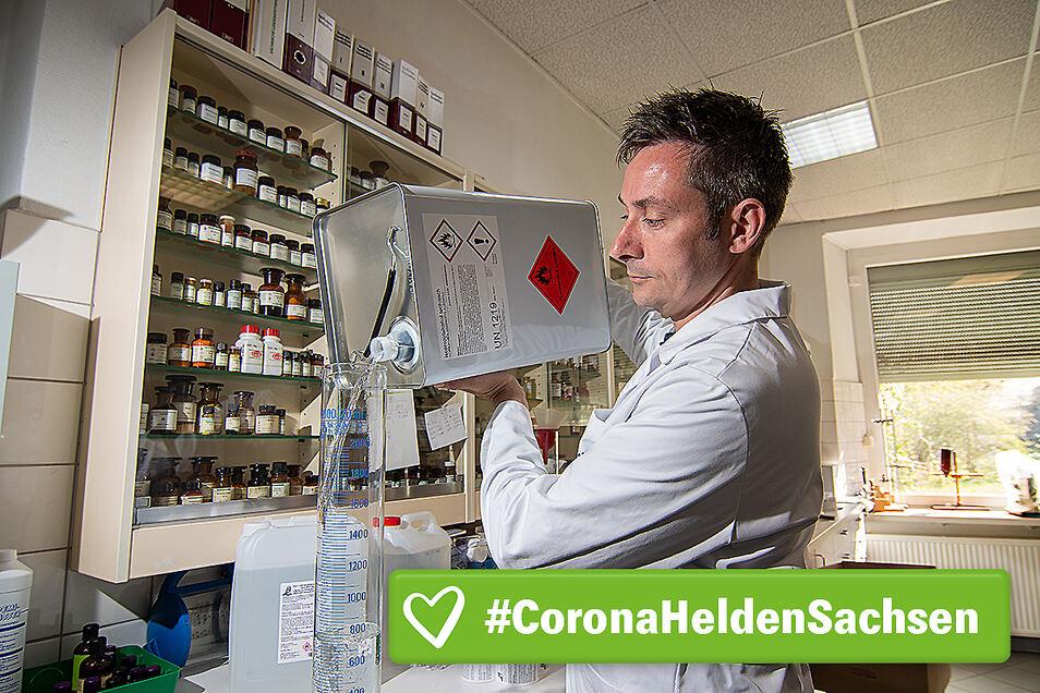 Sebastian Michael füllt in seiner Apotheke am Waldheimer Obermarkt Isopropylalkohol in einen Messzylinder. Das benötigt er für die Herstellung von Desinfektionsmittel.