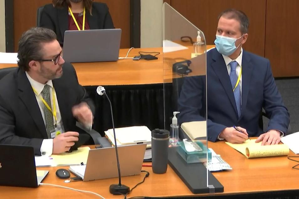 Derek Chauvin (r) und sein Verteidiger Eric Nelson. Ex-Polizist Chauvin ist wegen der Tötung von George Floyd angeklagt.