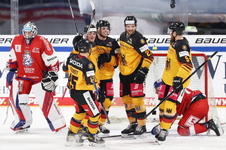 Die deutsche Mannschaft beim Länderspiel gegen Tschechien: Frederik Tiffels (M) jubelt mit seinen Kollegen Marcel Brandt (2.v.l), Justin Schütz (3.v.l), Sebastian Uvira (M.r) und Korbinian Holzer (r) über seinen Treffer zum 2:0.