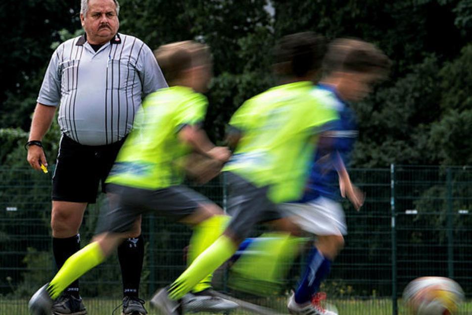 Er hat alles im Griff: SchiedsrichterClaus-Dieter Nacke beim Saxony-Cup, ein Turnier für E-Jugendliche.