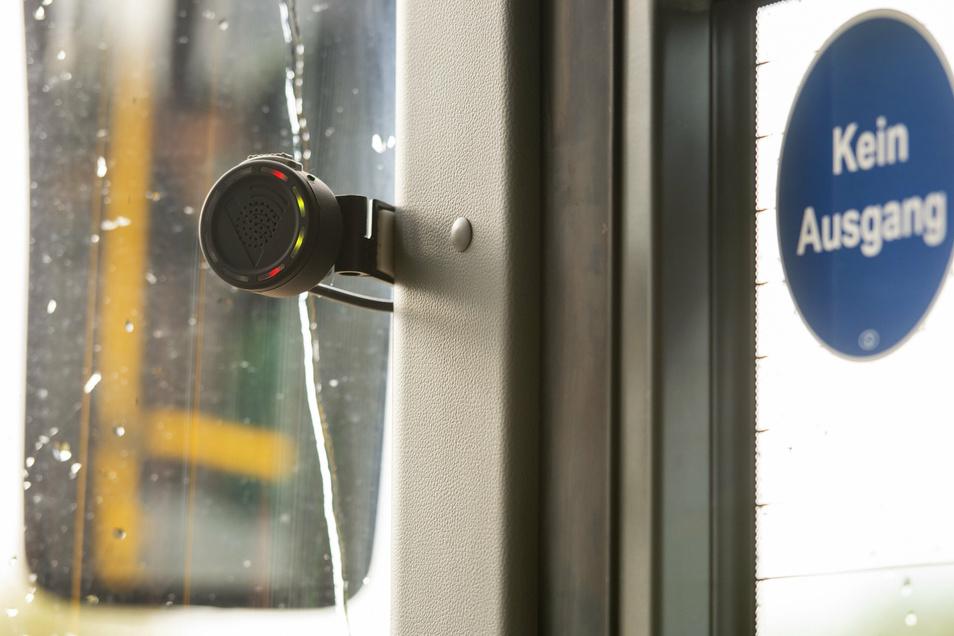 Kleine Technik mit großer Wirkung. Dieses Gerät signalisiert Busfahrern, wenn sich im toten Winkel Personen bewegen.