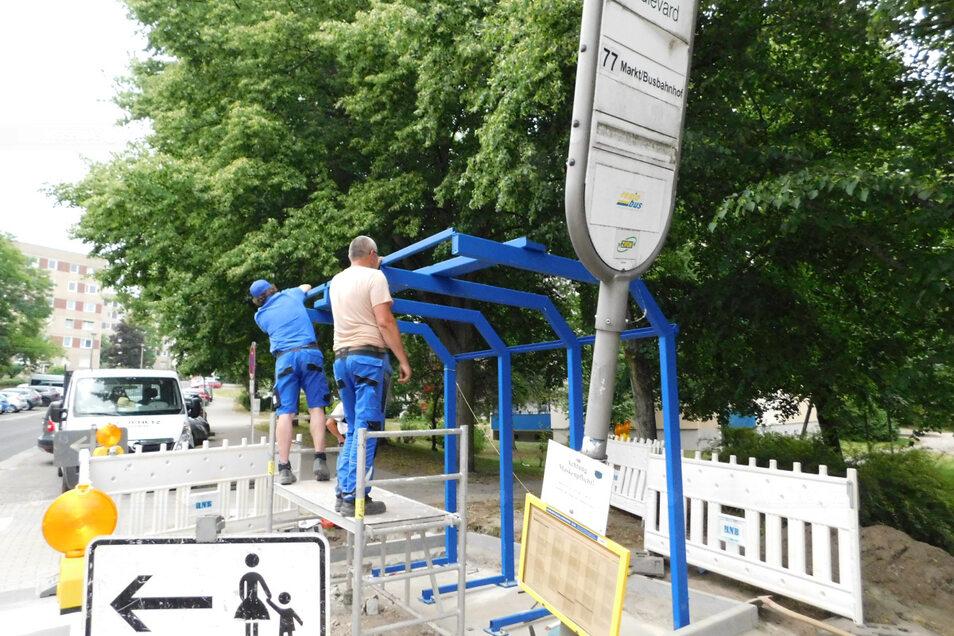 Nachdem die Vorarbeiten abgeschlossen waren, haben Mitarbeiter der Firma Beil in der Vorwoche damit begonnen, an der Bushaltestelle am Krankenhaus-Berg in Weißwasser ein überdachtes Wartehäuschen zu errichten. Voraussichtlich Ende Juli wird es fertig u