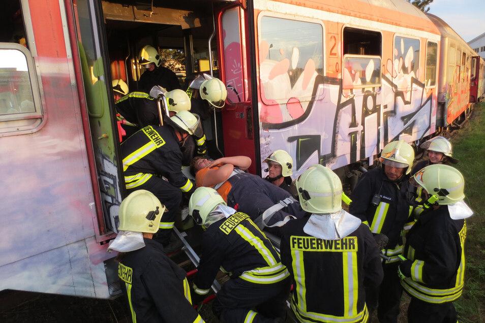 Hier trainiert die Weinböhlaer Feuerwehr eine Personenrettung aus einem Zug. Sie musste im Jahr 2019 aber auch häufig zu ernsthaften Einsätzen ausrücken.
