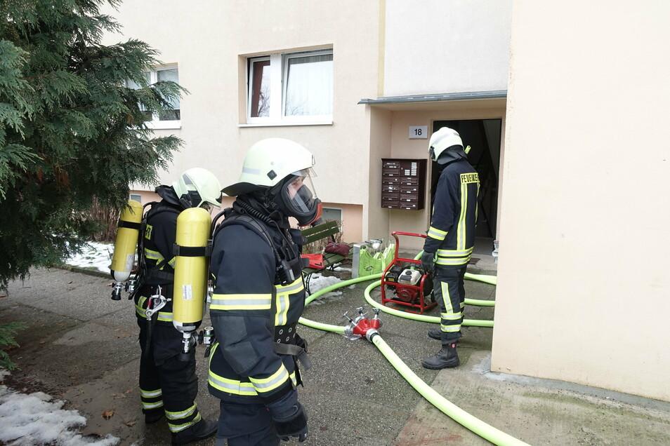 in einer Erdgeschosswohnung an der Vyskover Straße war ein Feuer ausgebrochen. Die Feuerwehr hat nach dem Ablöschen mit einem Gebläse das Treppenhaus und die Wohnung belüftet.
