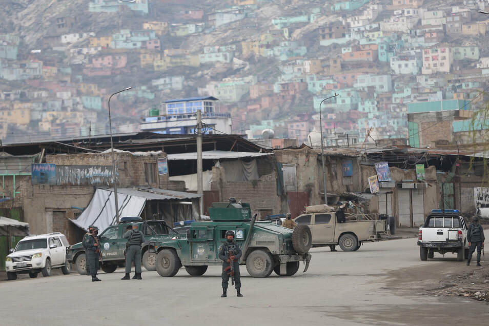 Mehrere Selbstmordattentäter haben einen Tempel der Sikh-Religion in Kabul angegriffen. Die afghanische Polizei sicherte den Ort des Anschlags ab,