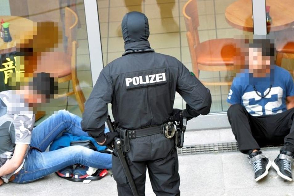 Razzia am Wiener Platz in Dresden: Die Beamten suchen Drogen und überprüfen die Identität mehrerer Männer.