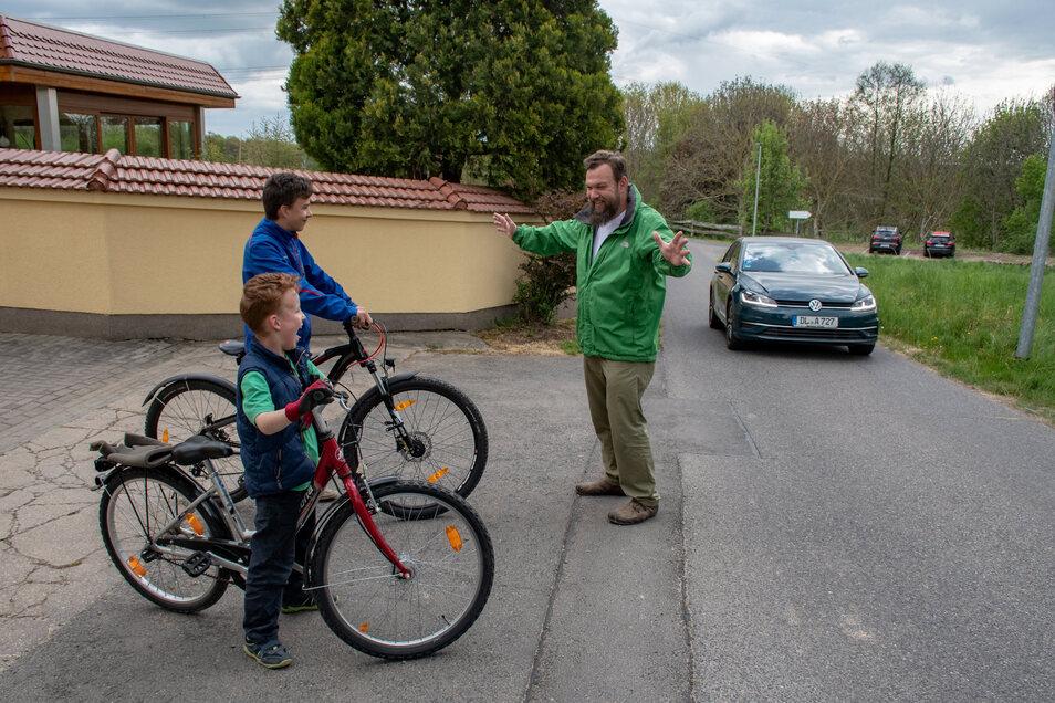 Sebastian Floch lässt seine Kinder Klaudius und Klemenz nicht mehr mit den Fahrrädern auf die Straße. Der Verkehr sei zu gefährlich.