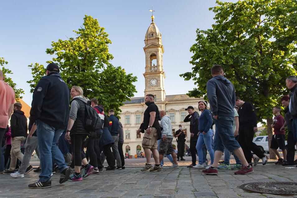 Gut 270 Menschen nahmen am Montagabend am Spaziergang auf dem Großenhainer Hauptmarkt teil.