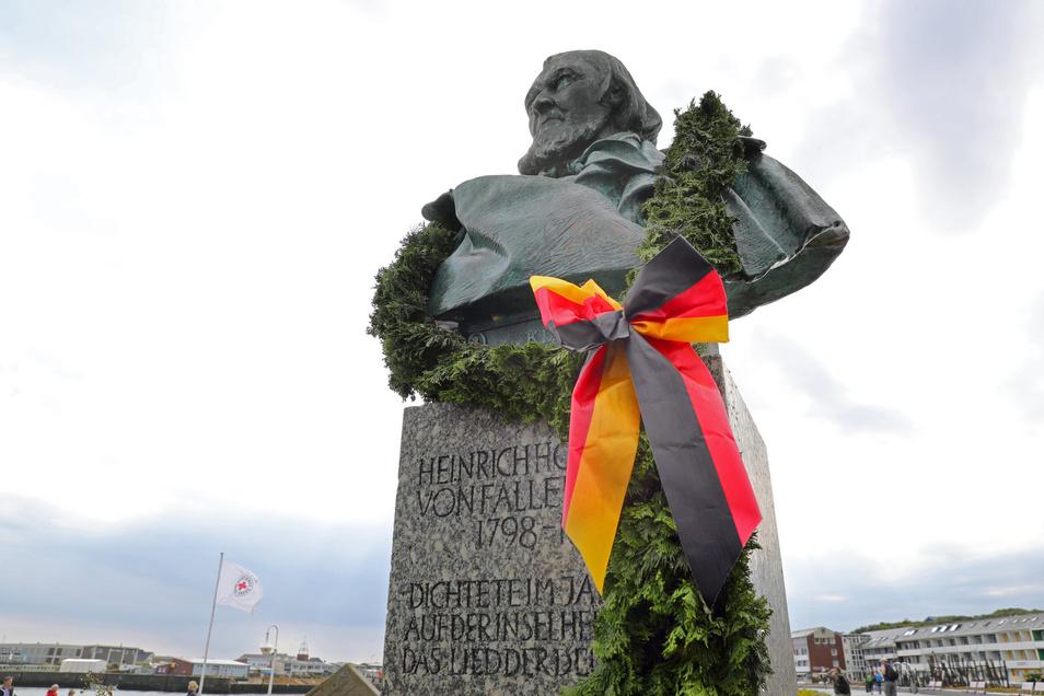 """Auf Helgoland steht die Büste von Hoffmann von Fallersleben, der das """"Lied der Deutschen"""" verfasste."""