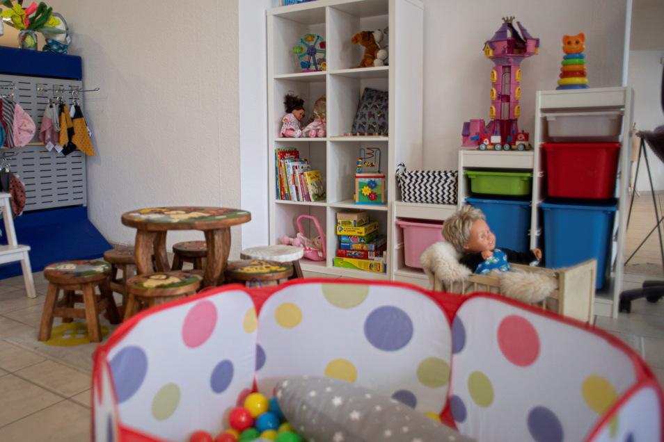 Während Mütter einkaufen, können ihre Kinder in der liebevoll eingerichteten Spielecke spielen.