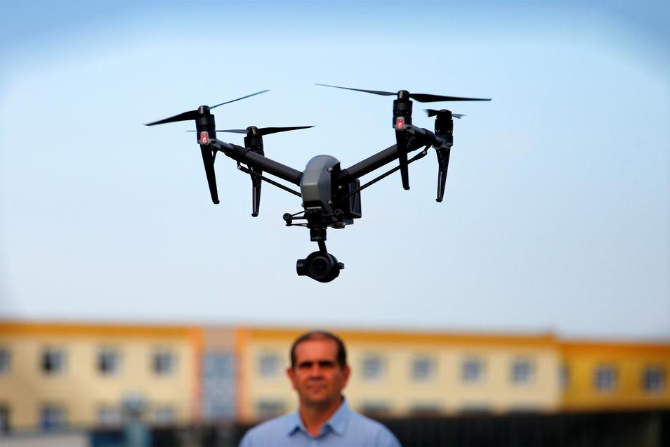 Mike Hohmann fliegt hier eine 2,5 Kilo schwere Drohne, wie sie für professionelle Filmaufnahmen verwendet wird. Zum Thema Drohnen und generell zum autonomen Fliegen wird in den nächsten Jahren in Kamenz geforscht.