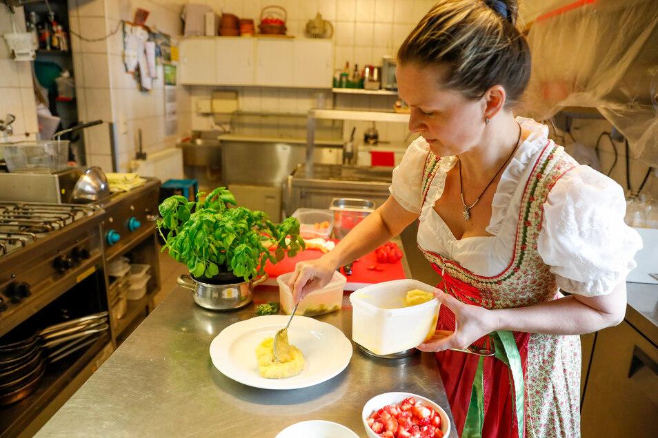 Für das Püree Kartoffeln und Sellerie jeweils extra kochen und jedes für sich pürieren. Dann erst vermischen und würzen. Auf dem Teller mit einer Kuhle für die Soße anrichten.