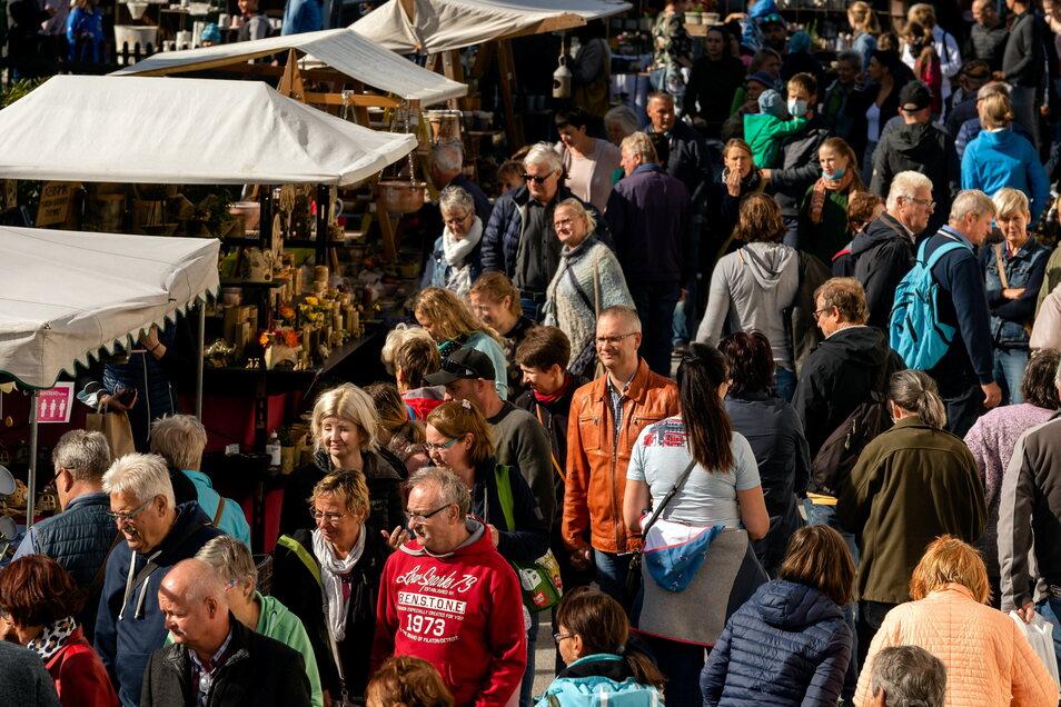 Dichtes Gedränge herrschte am Wochenende beim traditionellen Töpferfest in Neukirch. Seit 23 Jahren findet der Markt rund um die Töpferei Lehmann statt - auch in den Pandemiejahren musste das Treiben nicht ausfallen.
