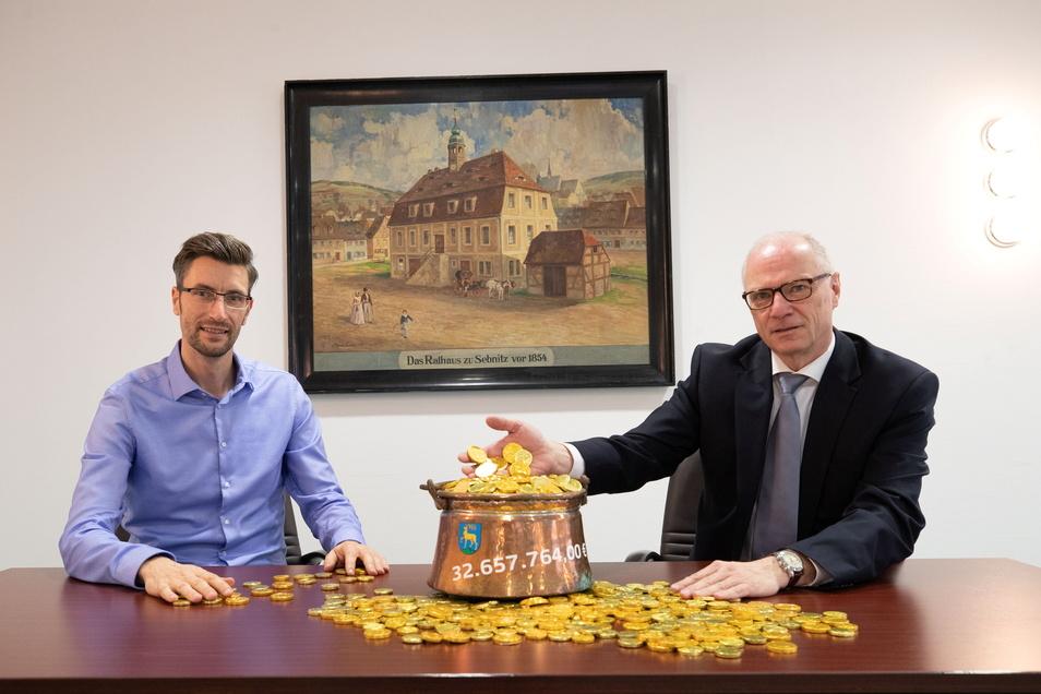 Ronald Kretzschmar (li.) mit OB Mike Ruckh beim Fototermin für die Breitbandförderung Ende 2020. Jetzt übernimmt Kretzschmar die Amtsgeschäfte.