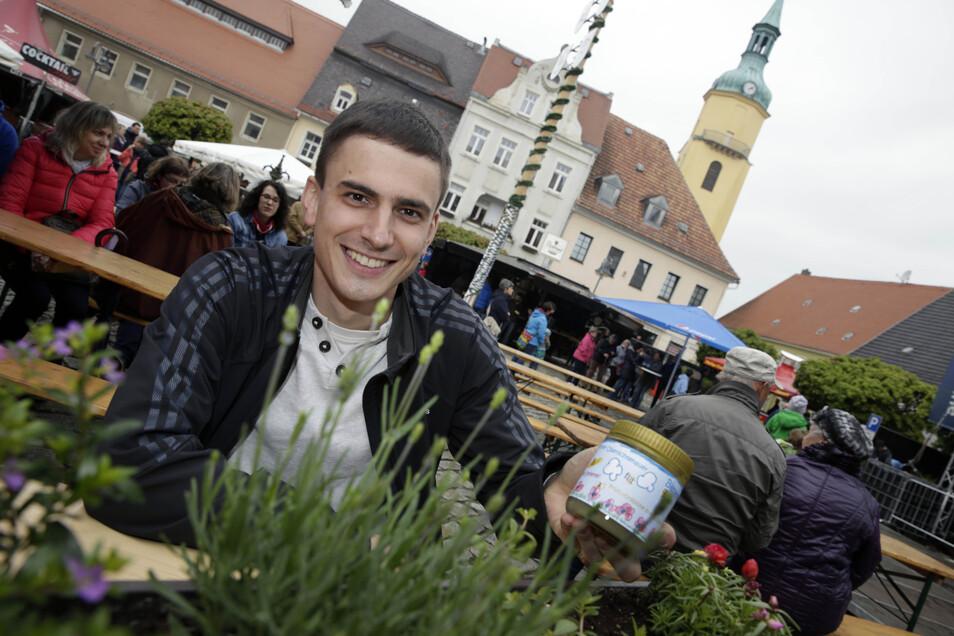 Der Oberlichtenauer Imkerverein, im Foto Lukas Förster, war in diesem Jahr zum ersten Mal auf dem Pulsnitzer Stadtfest vertreten, um für die bienenfreundliche Kommune zu werben und Projekte vorzustellen. Der Lavendel (im Vordergrund) ist bei Bienen besond