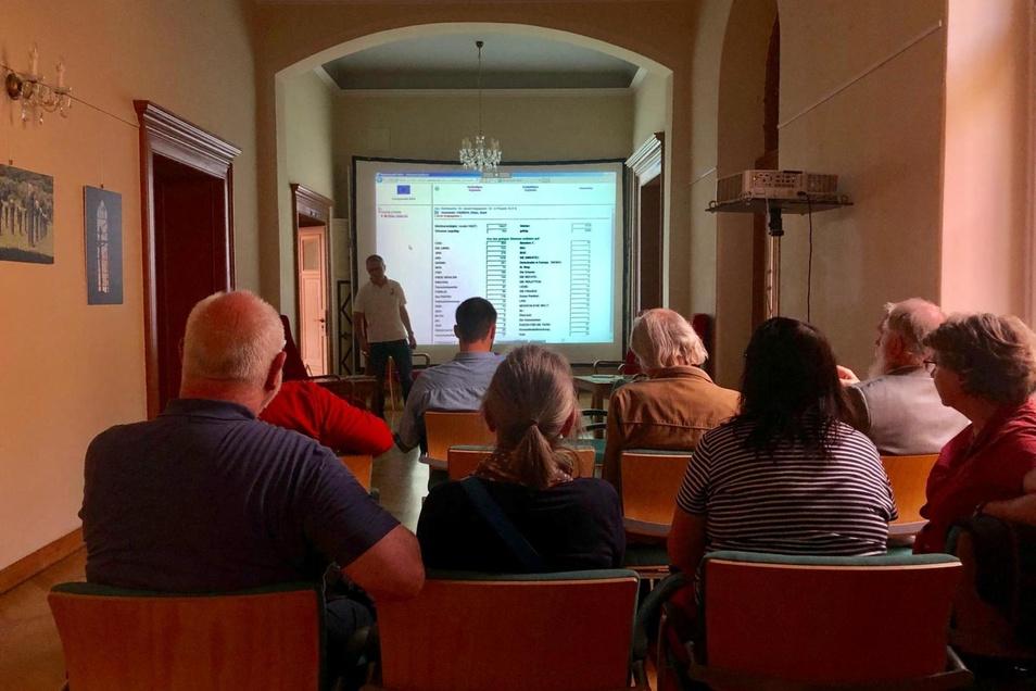 Im Zittauer Rathaus verfolgen Interessierte das Auszählen der Stimmen.