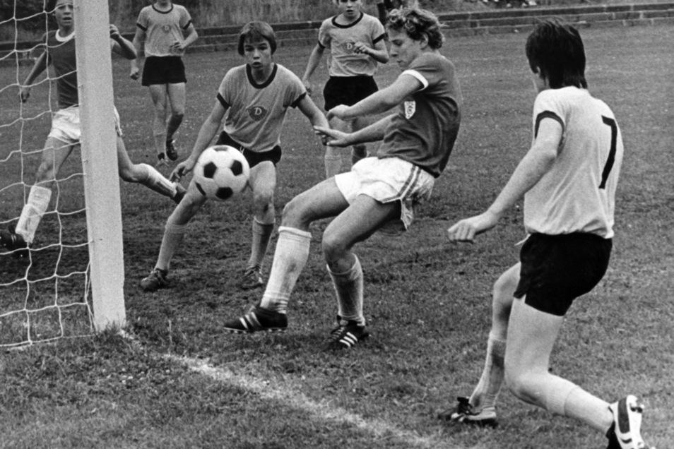 Im Nachwuchs bei Dynamo ging Jörg Stübner (3. v. r.) noch als Stürmer auf Torejagd.